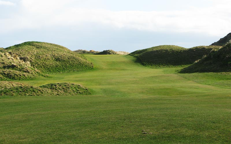The classic dogleg to the left seventh. The pin on the left side of the green is completely obscured by the flanking dune.
