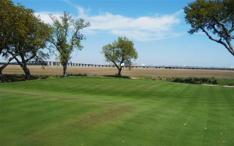 As seen from left to right across the Maiden green, the Club has done an excellent job in recvent times of opening up long views across the savannah. The golfer once again fully appreciates that he is playing golf in the Low Country.