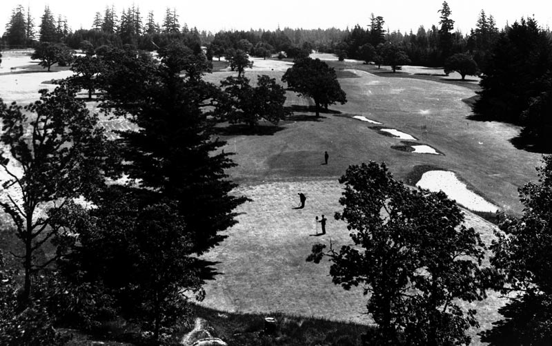 The ninth green, with old cross bunkering.