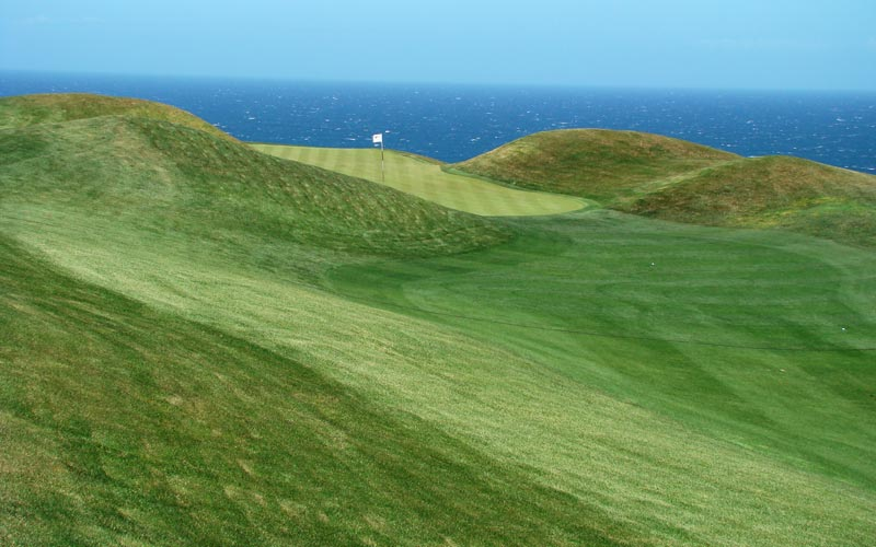 The last one hundred yards of the sixth hole at Pinnnacle Point narrows considerably, putting a premium on accuracy.