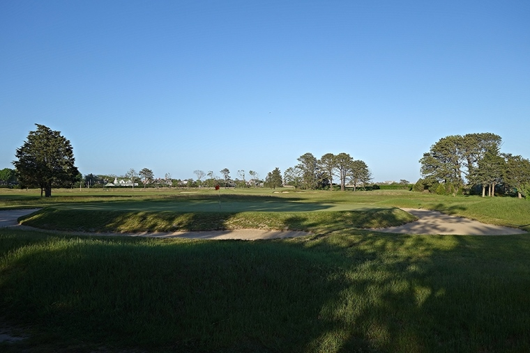 Quogue's first par-3 features what might be the first of its kind in the United States: a punchbowl green. Raynor's nearby Westhampton Country Club also has a punchbowl green (http://golfclubatlas.com/courses-by-country/usa/westhampton-cc-ny-usa/), but Bendelow's course at QFC opened 13 years earlier.