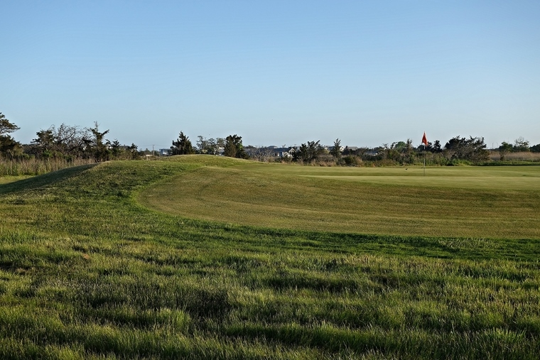 The 4th's Biarritz swale and Redan slope are most apparent from behind the green.