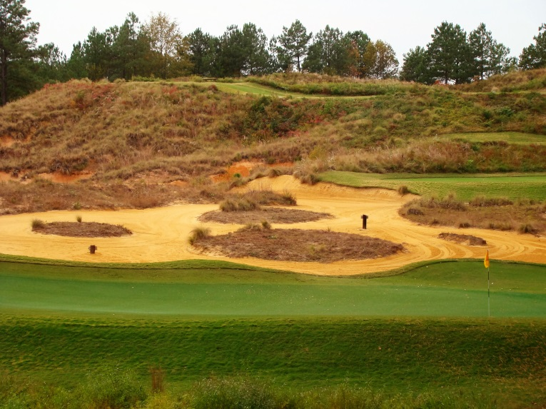 As Strantz explained to the owners, a hole should be like a piece of carved wood and appear attractive from all angles. As seen from behind the green, Strantz delivered.