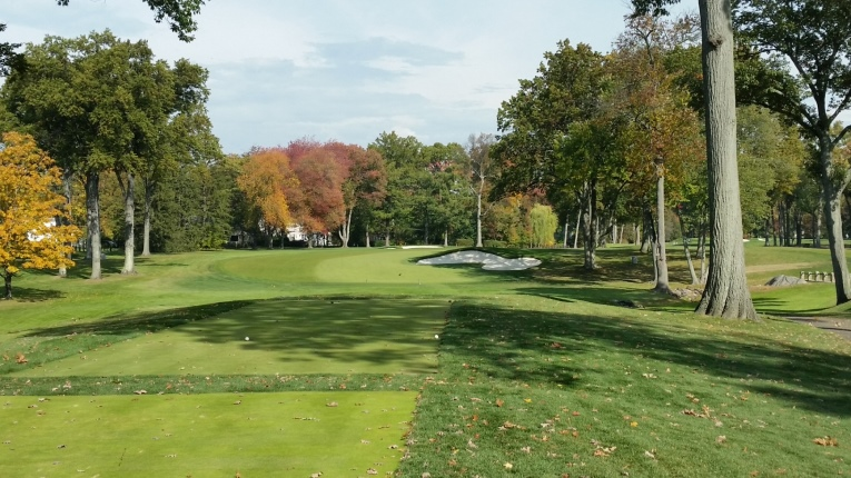 A comfortable and inviting hole for the left to right player, but a drawer of the ball will have to take a very tight line over the right trees to avoid ending up in the far bunker.